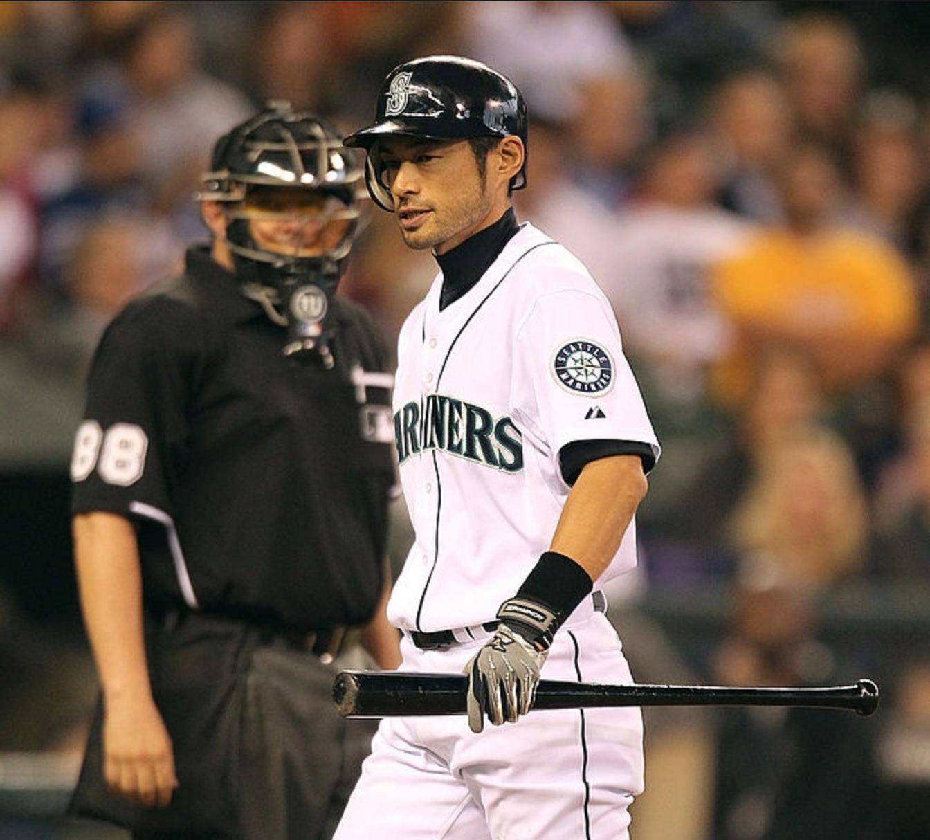 Ichiro walks back to the dugout